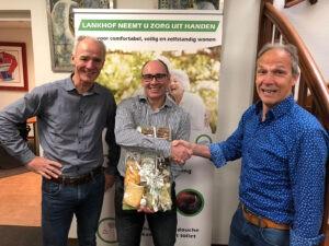Henk Lankhof met Dirk-Jan Lankhof feliciteert Marc Aversteeg met 12,5 jaar jubileum.